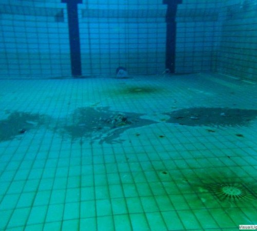 Vuil onder beweegbare bodem Orka zwembadreparatie
