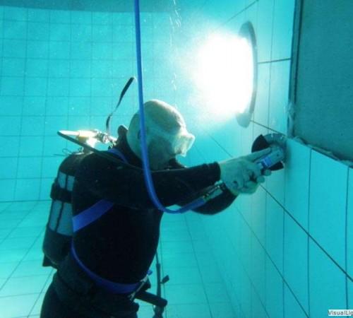 Wandtegel reparatie door Orka zwembadreparatie